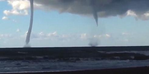 Слияние двух торнадо засняли на видео