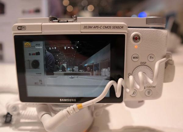 Камера Samsung NX3300 поддерживает Wi-Fi и NFC