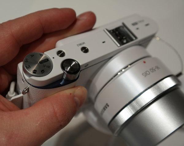 Камера Samsung NX3300 оснащена откидным трехдюймовым дисплеем