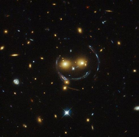 Гравитационные поля галактического кластера образовали смайлик (ФОТО)