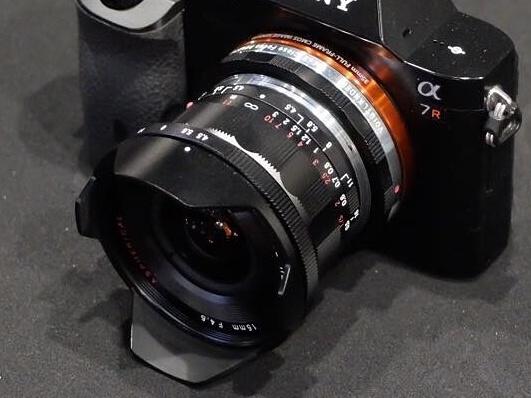 Объектив Voigtlander 15mm Heliar III показан установленным на камеру Sony A7r