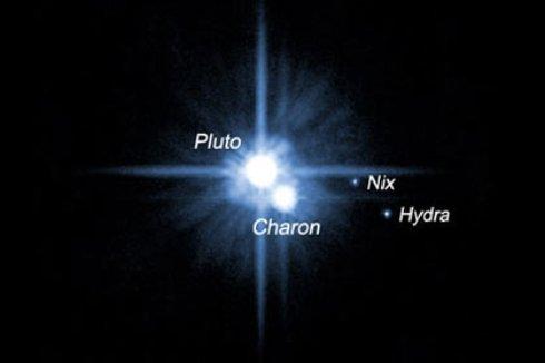 НАСА показало редкие кадры вращающихся Плутона и его спутника Харона