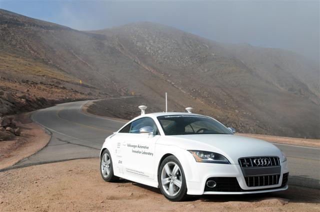 Роботизированный автомобиль впервые обошел гонщика-человека - 1