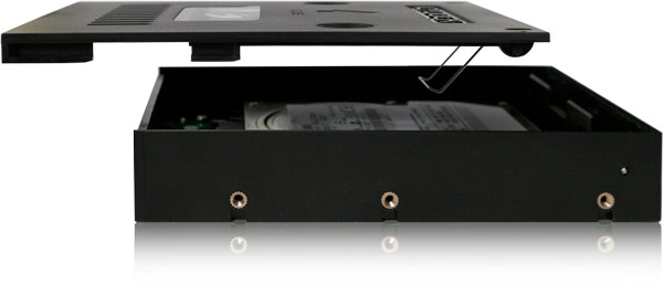 Icy Dock EZConvert Lite MB882SP-1S-3B обеспечивает хорошую вентиляцию накопителя
