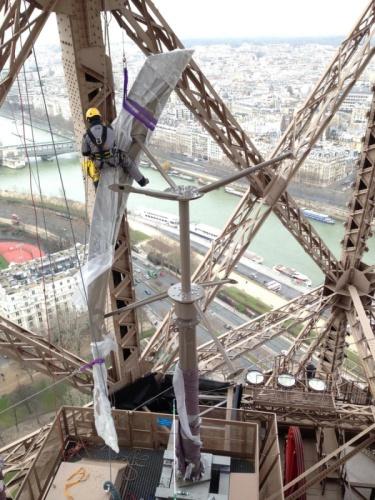 На Эйфелеву башню установили ветряки - 1
