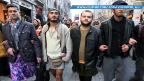 Мужчины в юбках устроили протест в Турции