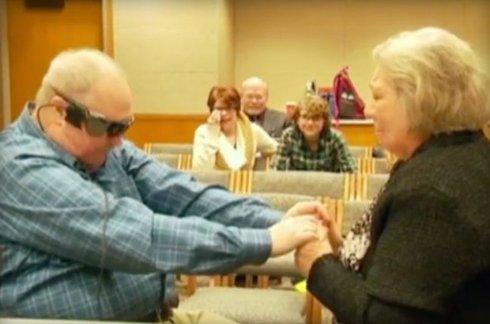 Бионический глаз позволил слепому мужчине увидеть жену