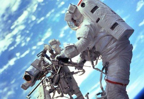 В шлем астронавта NASA попала вода