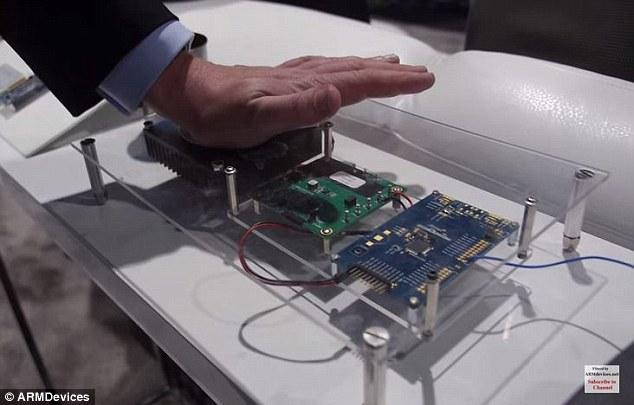 На фотографии Андреас Йеланд греется от чипа SMART SAM L21 (1 апреля ведь на дворе)