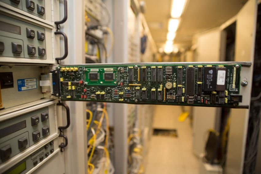 Аппаратный зал (про инфраструктуру спутниковой сети и осциллограф) - 1