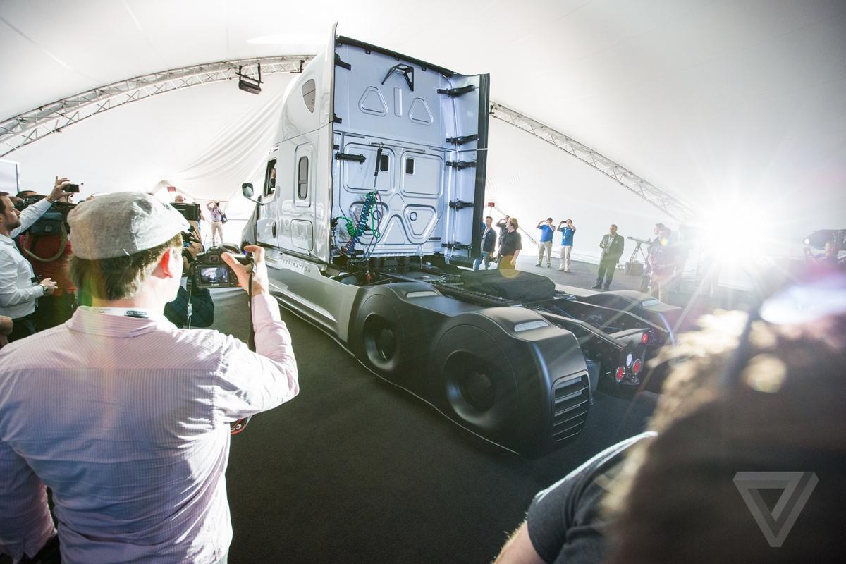 Daimler представил первый коммерческий автономный грузовик, которому разрешено использовать обычные дороги - 2
