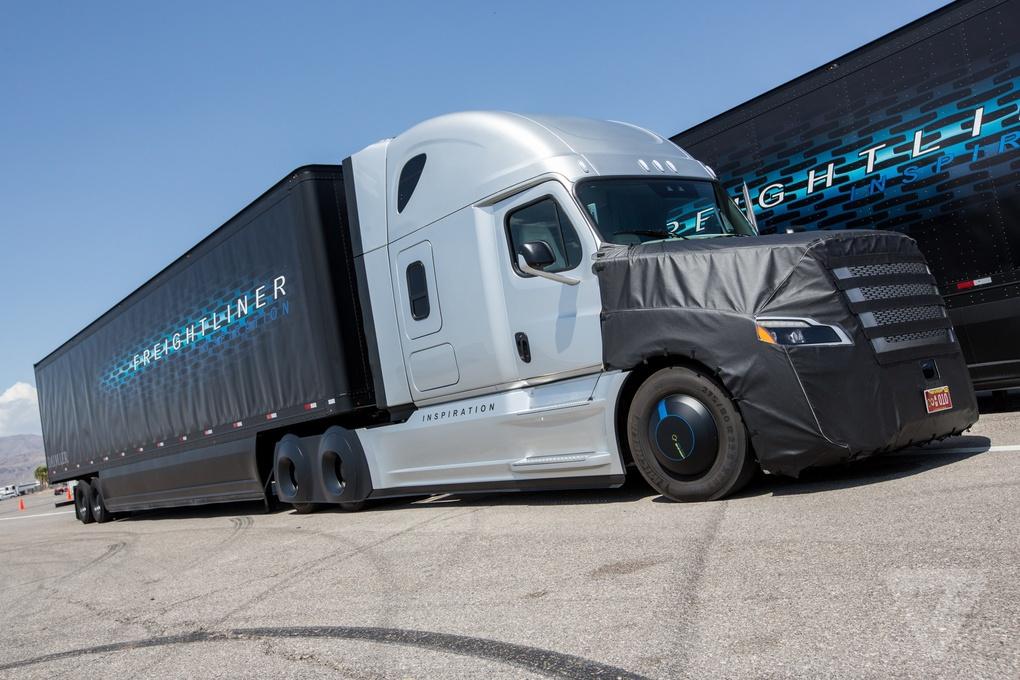 Daimler представил первый коммерческий автономный грузовик, которому разрешено использовать обычные дороги - 3