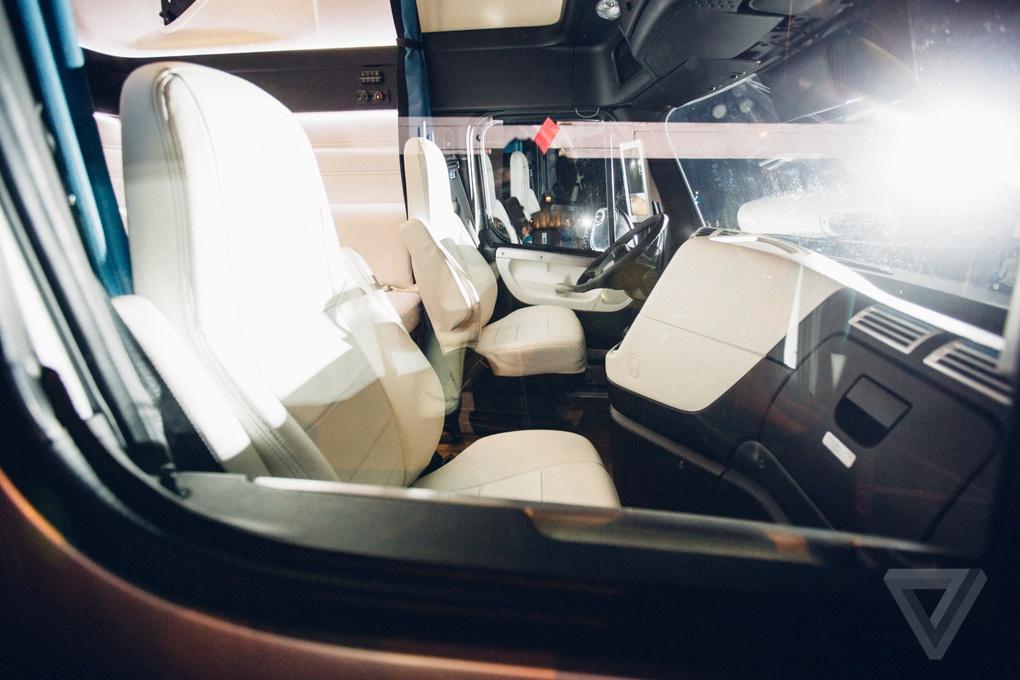 Daimler представил первый коммерческий автономный грузовик, которому разрешено использовать обычные дороги - 4