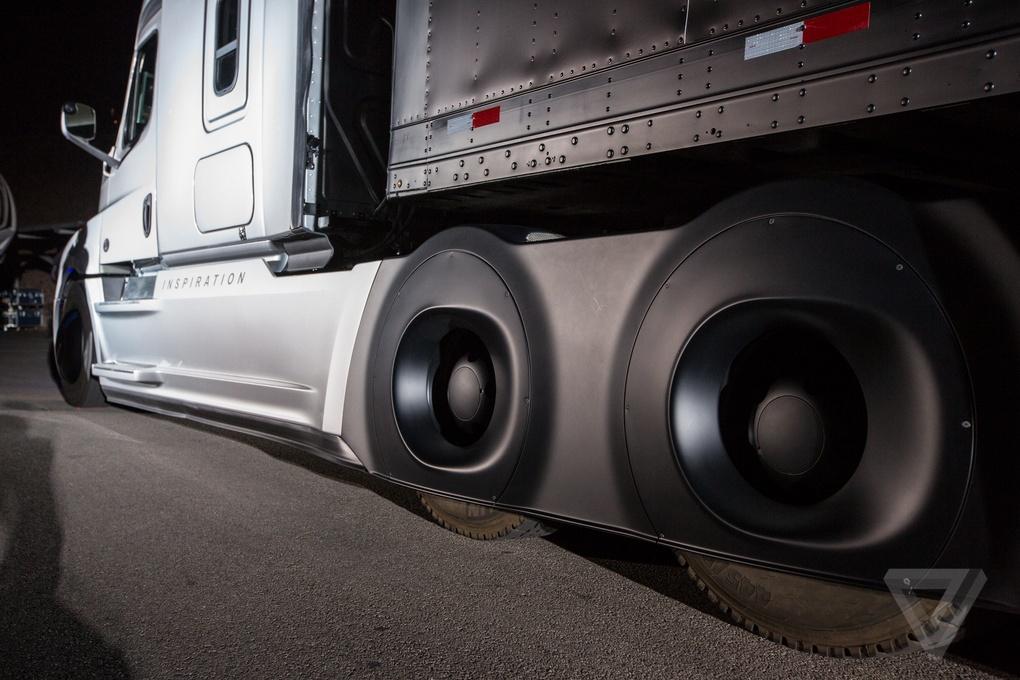 Daimler представил первый коммерческий автономный грузовик, которому разрешено использовать обычные дороги - 5