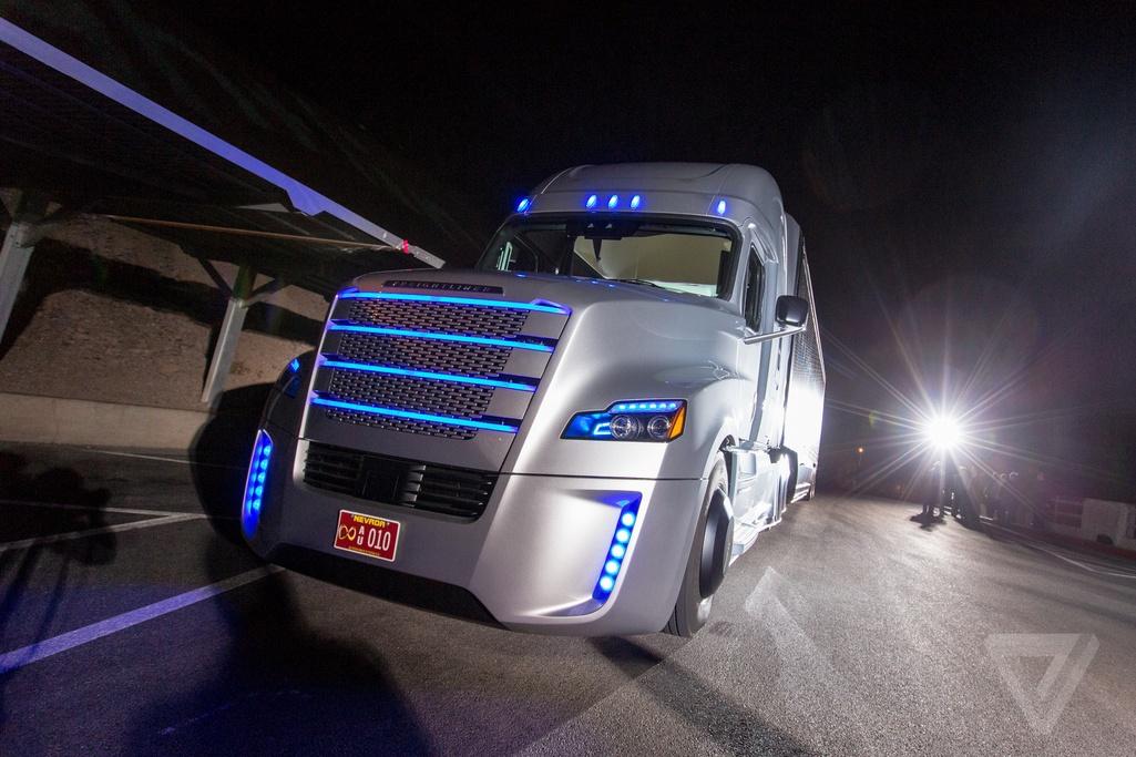 Daimler представил первый коммерческий автономный грузовик, которому разрешено использовать обычные дороги - 1