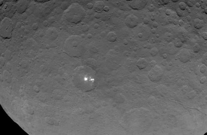 Зонд Dawn получил наиболее качественные фотографии пятен Цереры - 1