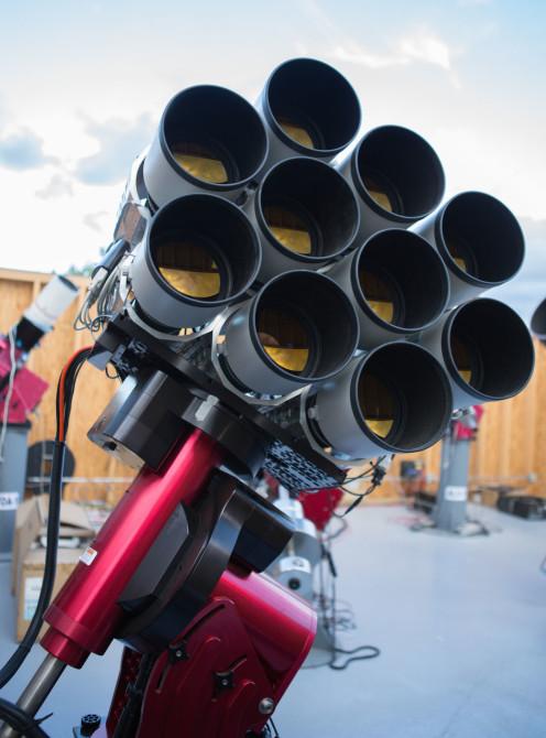 «Фасеточный» телескоп для обнаружения слабосветящихся космических объектов составлен из 10 линз 400мм f-2.8 от Canon - 1