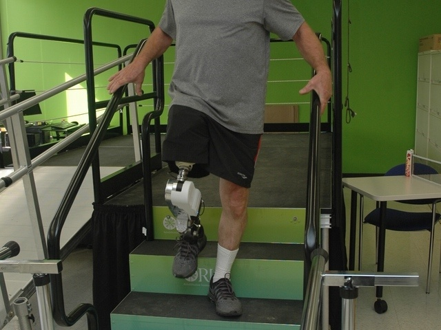 Новый бионический протез ноги без проблем справляется со спуском по лестнице - 1
