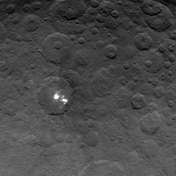 Зонд Dawn сделал снимки белых пятен на Церере с расстояния в 4,4 тысячи км - 2