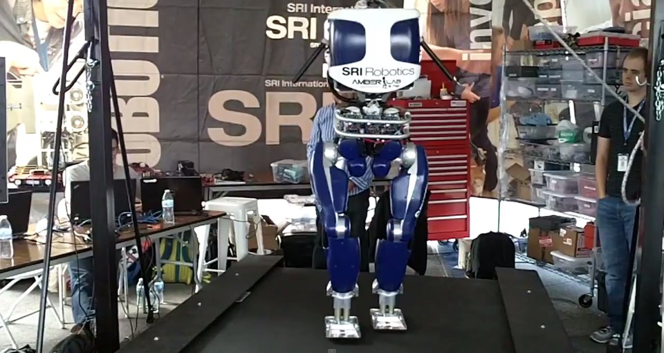 Этот робот ходит, как человек - 1