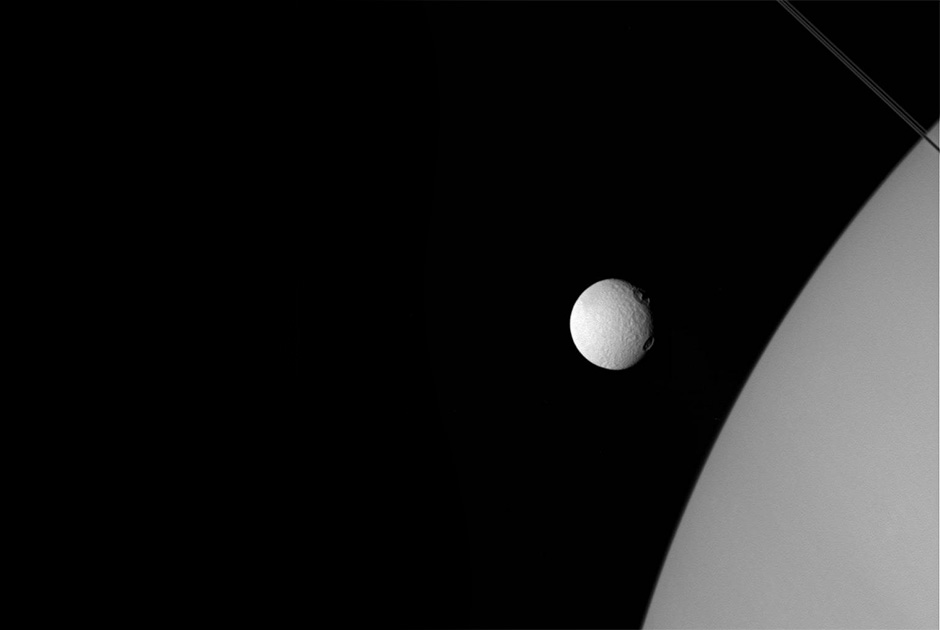 Cassini сфотографировал три спутника Сатурна одновременно - 3