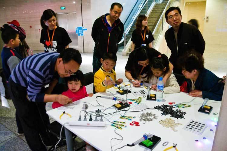 Хакспейсы набирают обороты в Китае. Премьер-министр Китая посетил хакспейс в Шэньчжэне - 9