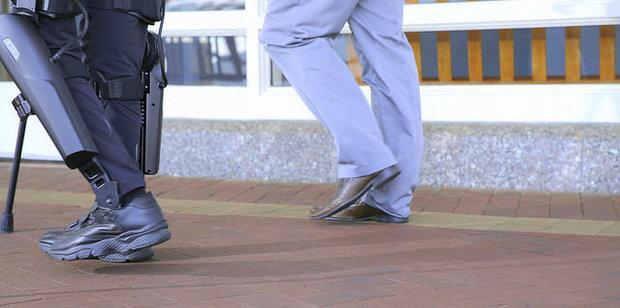 Экзоскелет помогает парализованному человеку ходить по улицам Нью-Йорка - 2