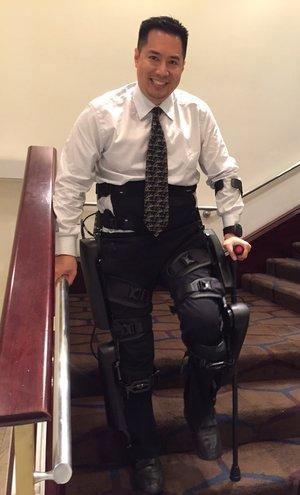 Экзоскелет помогает парализованному человеку ходить по улицам Нью-Йорка - 3