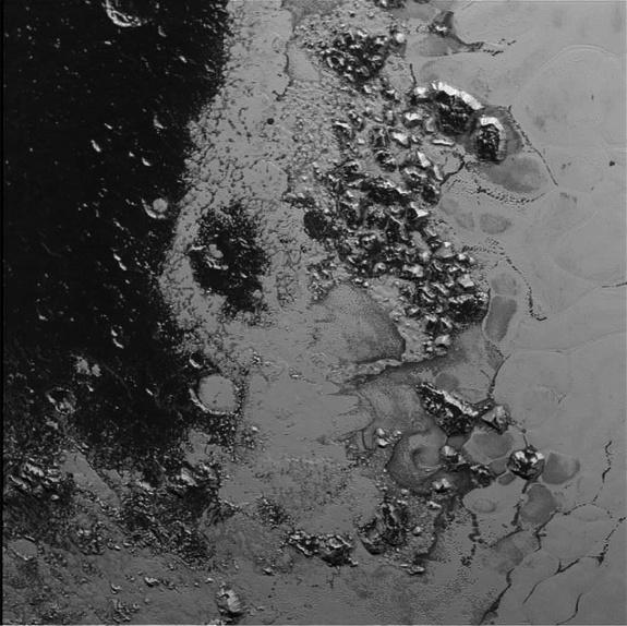 New Horizons обнаружил на Плутоне движущиеся льды и дымку - 1