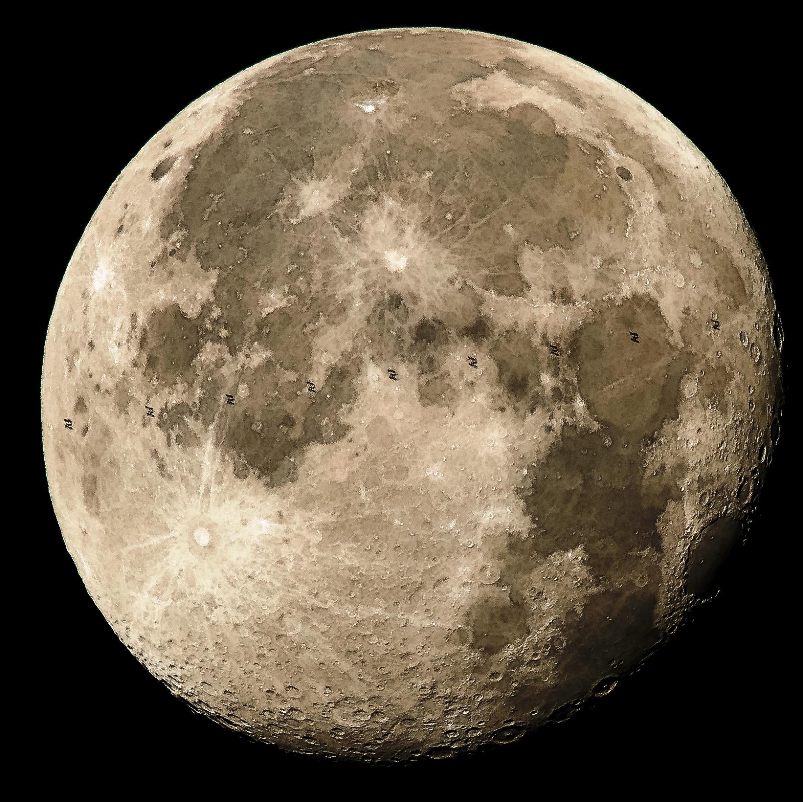 МКС проходит по диску Луны: фотография от NASA - 2