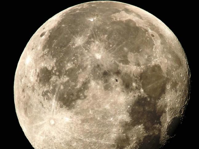 МКС проходит по диску Луны: фотография от NASA - 1