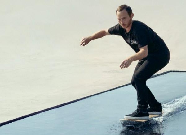 В ролике показано, как Lexus Hoverboard парит над поверхностью воды