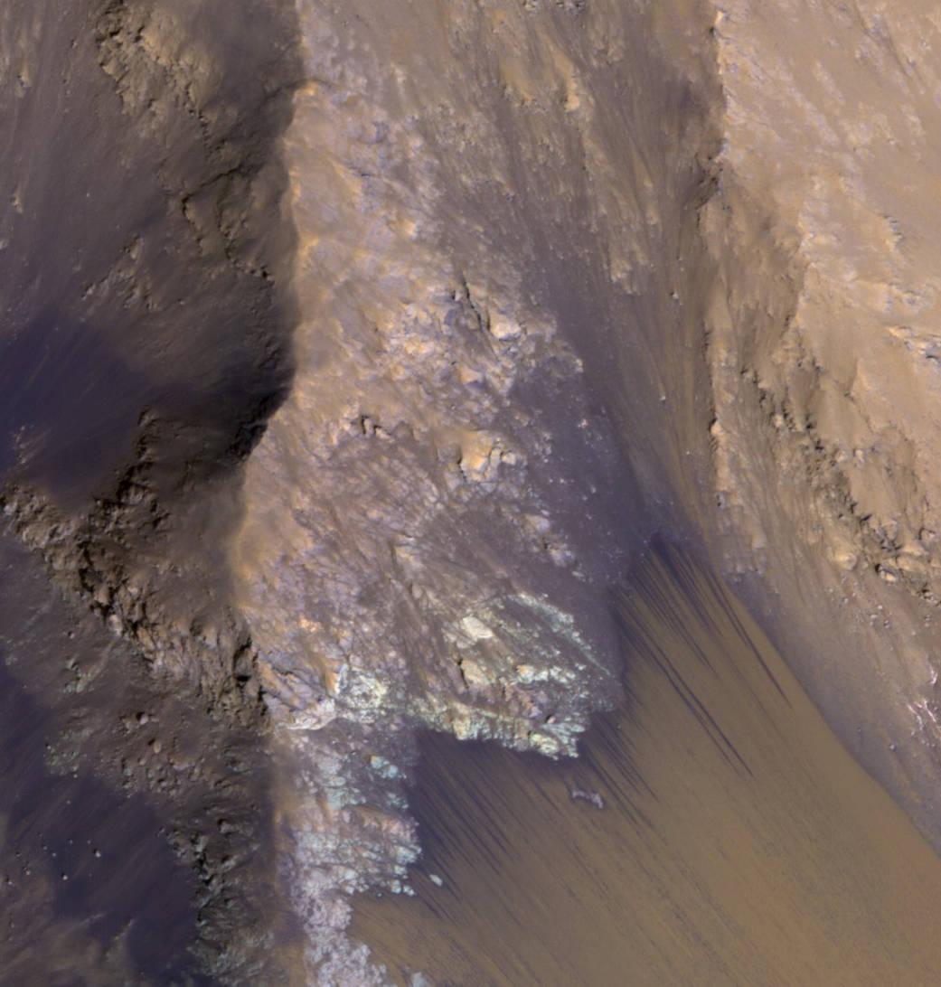 NASA опубликовало фотографию поверхности Марса со следами потоков воды - 2