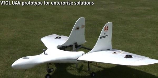 Грузоподъемность дрона составляет 10 кг, он может находиться в воздухе более двух часов, перемещаясь на скорости около 170 км/ч