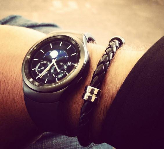 Стоит признать, что на фотографии часы Samsung Gear S2 выглядят не менее интересно, чем на промо-материалах