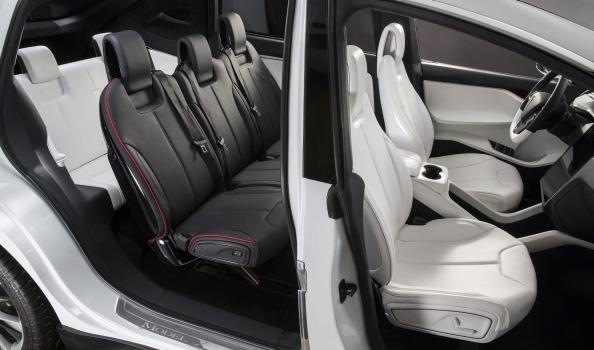 Третий ряд сидений в Model X вмещает двух взрослых пассажиров