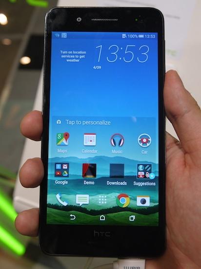 В новой модели HTC Desire 728G Dual SIM было решено отойти от этого и покрыть стеклом всю фронтальную панель, как это делает большинство производителей