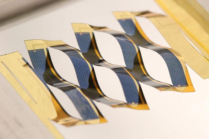 Элементы солнечных батарей предполагается фиксировать на пластиковом листе с прорезями
