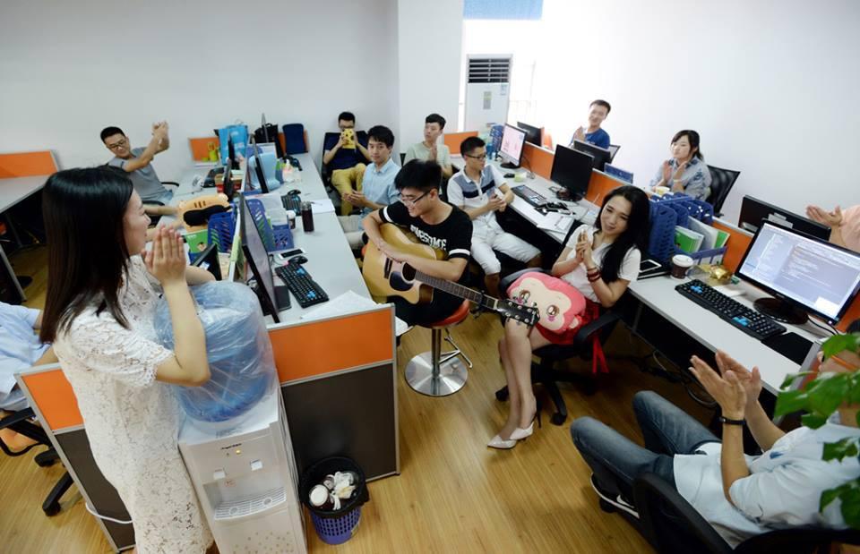 В Китае софтварные компании нанимают девушек для создания весёлой рабочей атмосферы - 3