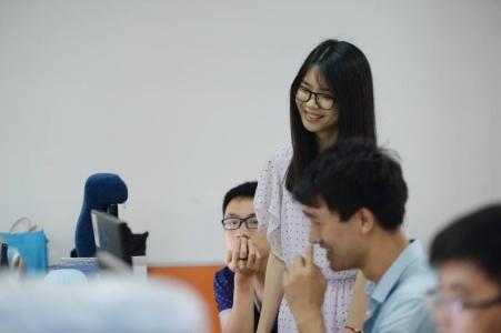 В Китае софтварные компании нанимают девушек для создания весёлой рабочей атмосферы - 1