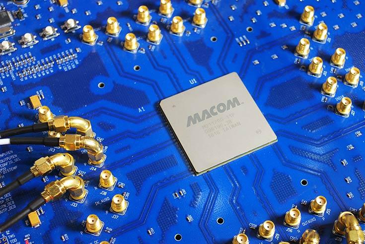 С помощью MACOM MAEQ-23764 можно конфигурировать один и тот же разъем BNC как вход или выход