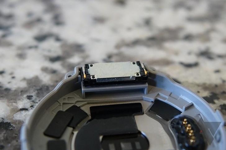Внутри часов Huawei Watch обнаружили динамик