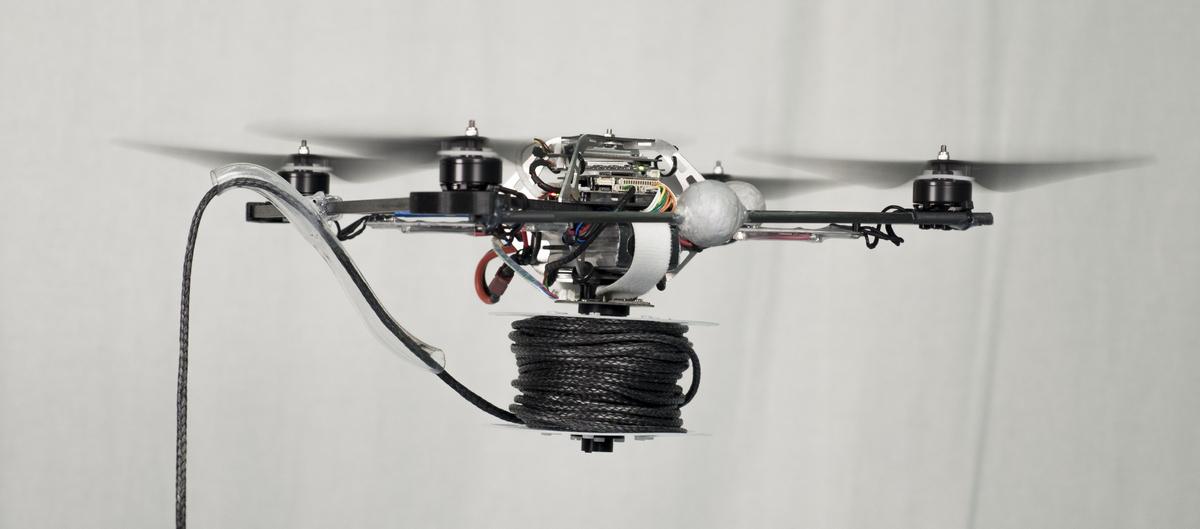 Квадрокоптеры строят верёвочный мост - 1
