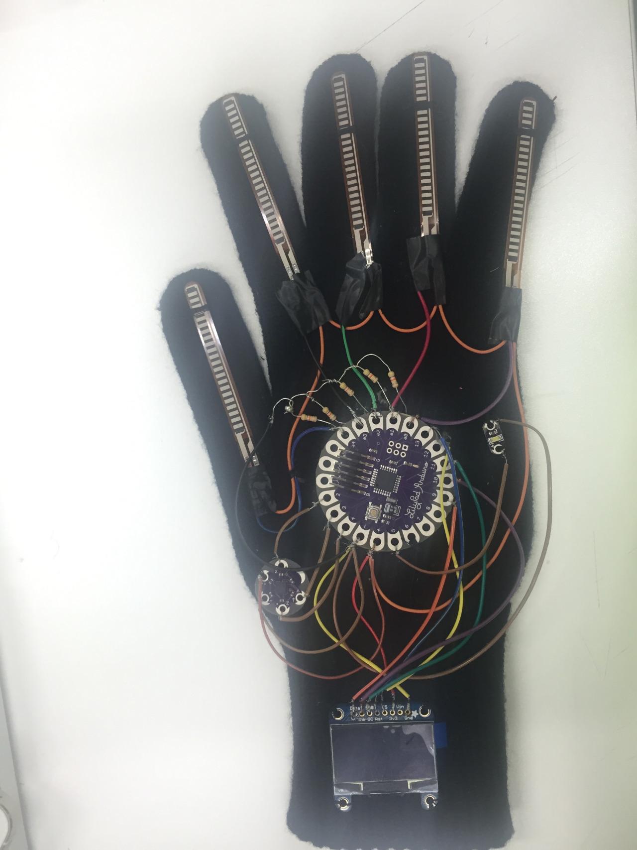 Студентка представила перчатку, которая позволит общаться людям с нарушениями речи - 2