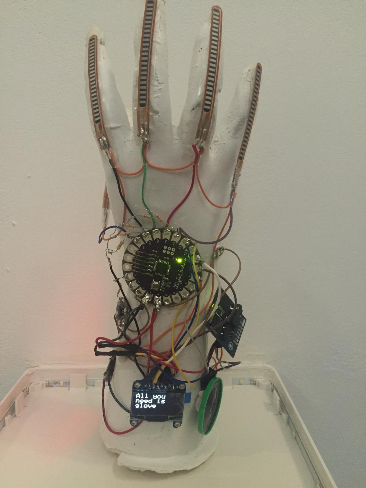 Студентка представила перчатку, которая позволит общаться людям с нарушениями речи - 1