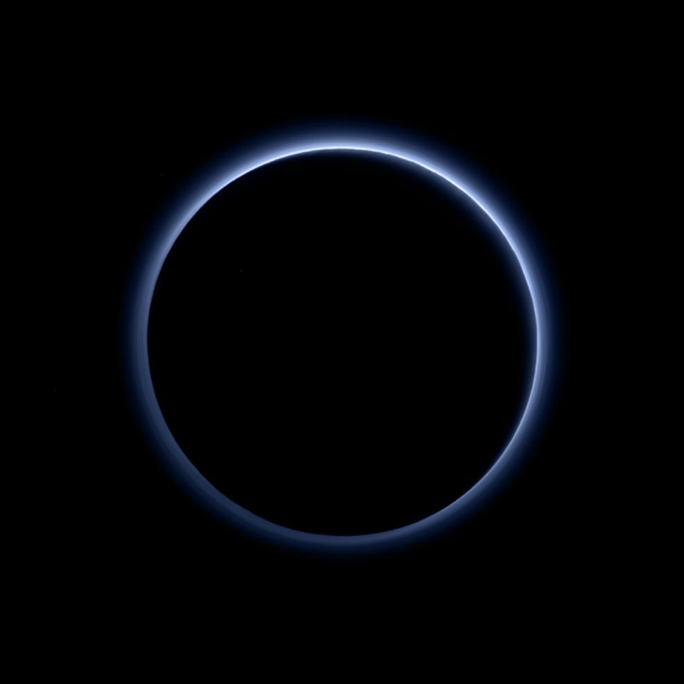 На Плутоне обнаружили водяной лед и голубое «небо» - 1