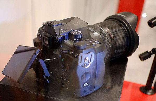 Полнокадровая зеркальная камера Pentax показана на выставке Photo Plus 2015