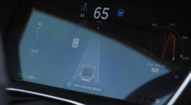 Благодаря подключению к Сети, все автомобили Tesla смогут обмениваться полученными при активированной функции автопилота данными