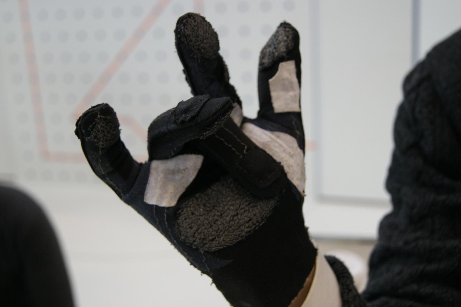 Как слепоглухие могут общаться в мессенджерах? Перчатка и рукав Брайля - 3