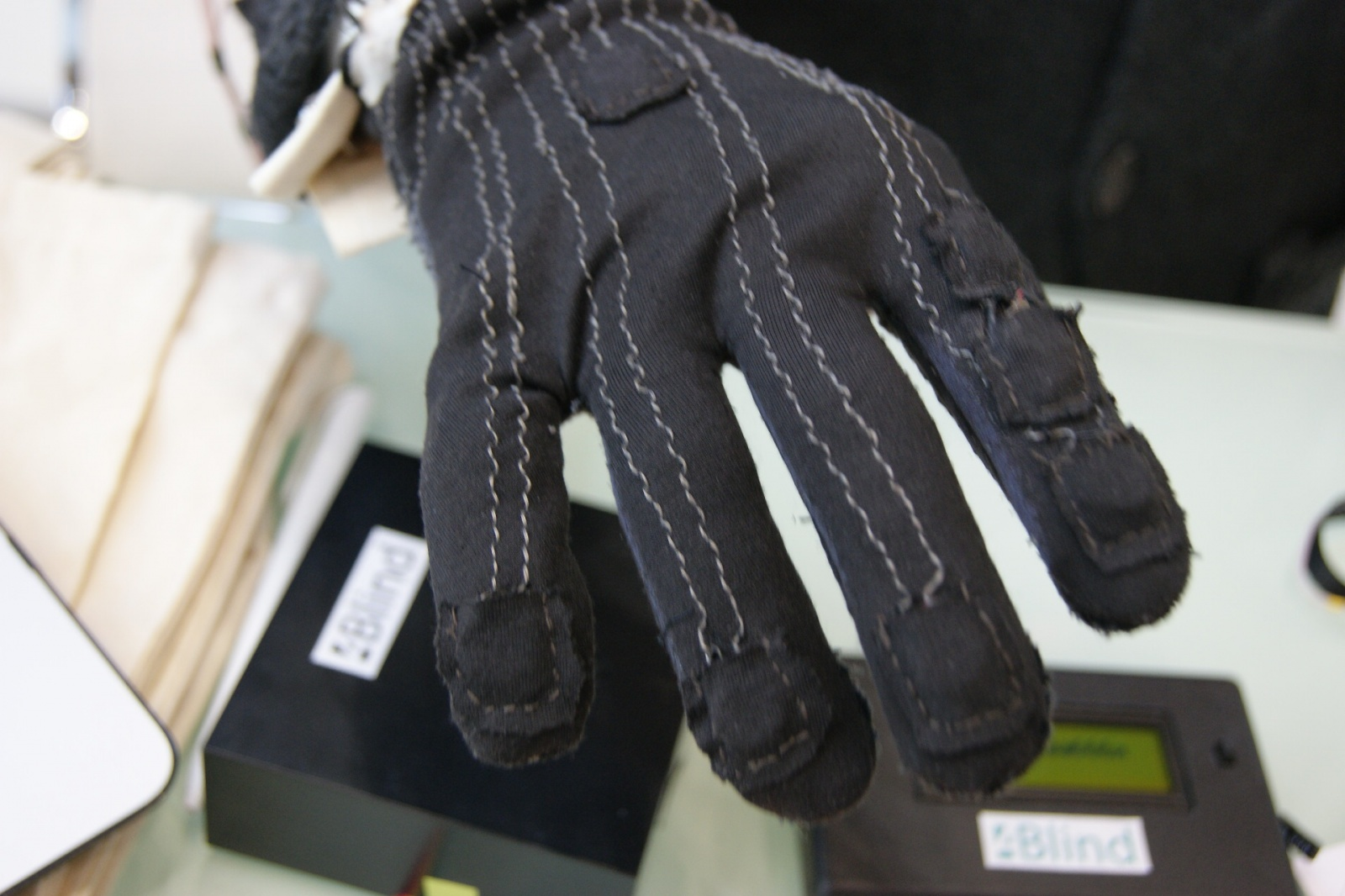 Как слепоглухие могут общаться в мессенджерах? Перчатка и рукав Брайля - 5